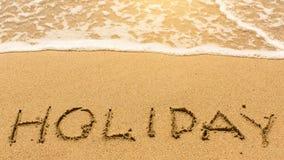 Wakacje - inskrypcja ręką na kolor żółty plaży piasku Szczęśliwy Fotografia Royalty Free