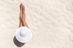 Wakacje letni mody pojęcie - garbnikować kobiety jest ubranym słońce kapelusz a obraz royalty free