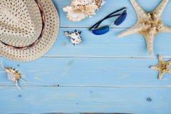 Wakacje letni pojęcia rzeczy nad tropikalnym błękitnym textured drewnianym tłem fotografia royalty free