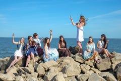Wakacje letni pojęcie - grupa uśmiechnięte młode kobiety jest odpoczynkowa na seashore fotografia royalty free