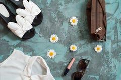 Wakacje letni tło, mieszkanie kobiet ` s nieatutowi plażowi akcesoria: słomiany kapelusz, bransoletki, rzemienni sandały, słońc s Obrazy Stock