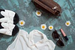 Wakacje letni tło, mieszkanie kobiet ` s nieatutowi plażowi akcesoria: słomiany kapelusz, bransoletki, rzemienni sandały, słońc s Obraz Stock