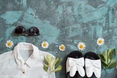Wakacje letni tło, mieszkanie kobiet ` s nieatutowi plażowi akcesoria: słomiany kapelusz, bransoletki, rzemienni sandały, słońc s Fotografia Royalty Free