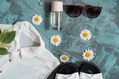 Wakacje letni tło, mieszkanie kobiet ` s nieatutowi plażowi akcesoria: słomiany kapelusz, bransoletki, rzemienni sandały, słońc s Zdjęcia Stock