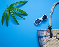 Wakacje letni tło, Plażowi akcesoria na błękitnym tle, wakacje letni sztandar, wakacje i podróży rzeczy, Odgórny widok obraz stock