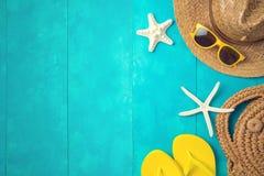Wakacje letni urlopowy pojęcie z plażowymi akcesoriami nad błękitnym drewnianym tłem zdjęcia royalty free