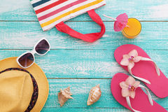 Wakacje Letni w Plażowym Seashore Mod akcesoriów lata trzepnięcia klapy, kapelusz, okulary przeciwsłoneczni na jaskrawym turkusie Zdjęcia Stock