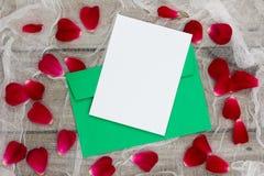 Wakacje list z różanymi płatkami przeciw antykwarskiemu tłu i zdjęcie royalty free