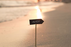 Wakacje lub wakacje pojęcie - plażowy znak i zmierzch Fotografia Royalty Free