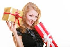 Wakacje miłości szczęścia pojęcie - dziewczyna z prezentów pudełkami Obrazy Stock