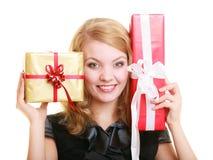 Wakacje miłości szczęścia pojęcie - dziewczyna z prezentów pudełkami Zdjęcia Stock