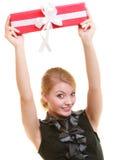 Wakacje miłości szczęścia pojęcie - dziewczyna z prezenta pudełkiem Zdjęcia Stock