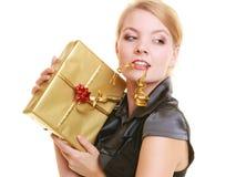 Wakacje miłości szczęścia pojęcie - dziewczyna z prezenta pudełkiem Zdjęcie Royalty Free