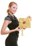 Wakacje miłości szczęścia pojęcie - dziewczyna z prezenta pudełkiem Obraz Royalty Free