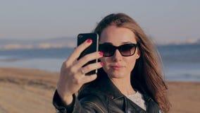 Wakacje plaży podróż Technologia i ludzie pojęcia z uśmiechniętą kobietą robi selfie z smartphone na plaży zdjęcie wideo