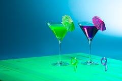 Wakacje plaży przyjęcia alkohol Zielony i purpurowy koktajlu d zdjęcie royalty free