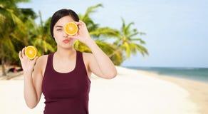Wakacje pojęcie - kobieta na tle plaża i morze, zwrotniki fotografia royalty free
