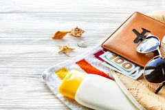 Wakacje pojęcie kolorowy ręcznik, kapelusz, paszport z pieniądze Zdjęcie Stock