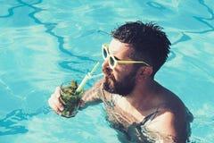 Wakacje przy Miami Maldives lub pla?? Basenu przyj?cie z modnisiem w b??kitne wody Przyjęcie koktajlowe z brodatym mężczyzną wewn zdjęcia royalty free