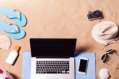 Wakacje skład Sandały, kapelusz, laptop i smartphone, Zdjęcia Stock