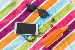 Wakacje smartphone, okulary przeciwsłoneczni, sunscreen Zdjęcie Royalty Free