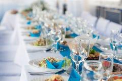 Wakacje stół z jedzeniem zaludnia Fotografia Stock