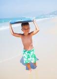 Wakacje - surfingowiec chłopiec. fotografia royalty free