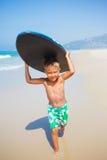 Wakacje - surfingowiec chłopiec. fotografia stock