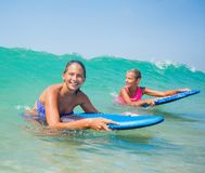 Wakacje - surfingowiec dziewczyny. Obraz Stock