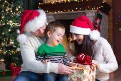 Wakacje, teraźniejszość, bożego narodzenia pojęcie - szczęśliwa matki, ojca i dziecka chłopiec z prezenta pudełkiem, Fotografia Royalty Free