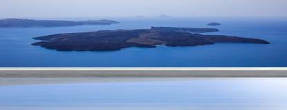 Wakacje w Greckich wyspach, Santorini, Grecja Wulkanu widok nad pływackim basenem, sztandar zdjęcia royalty free