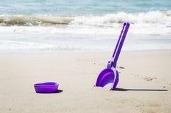 Wakacje w Włochy Dziecka ` s scapula na seashore i foremka zdjęcie stock