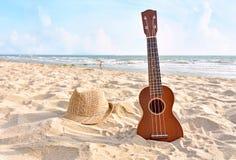 Wakacje z gitara ukulele dla relaksuje na pięknej plaży obraz royalty free