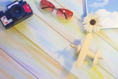 Wakacji letnich akcesoria na barwionym drewnianym tle Zdjęcie Royalty Free