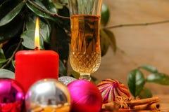 Wakacyjna Bożenarodzeniowa dekoracja z białym winem fotografia stock