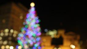 Wakacyjna choinka z Świątecznymi Kolorowymi światłami w Pionierskim gmachu sądu kwadracie z Historycznymi budynkami przy nocą 1080 zbiory wideo