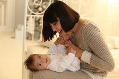 Wakacyjna fotografia piękny macierzysty pozować z jej ślicznym małym dzieckiem Fotografia Stock