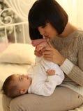 Wakacyjna fotografia piękny macierzysty pozować z jej ślicznym małym dzieckiem Obraz Royalty Free