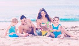 Wakacyjna młoda rodzina zdjęcie royalty free