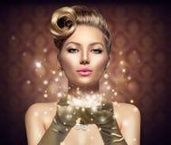 Wakacyjna retro kobieta z magicznymi gwiazdami Zdjęcia Royalty Free