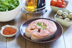 Wakacyjna sałatka z łososiem, przepiórek jajkami, czereśniowymi pomidorami i czerwonym kawiorem, Kulinarny proces Krok 1 składnik Zdjęcie Royalty Free