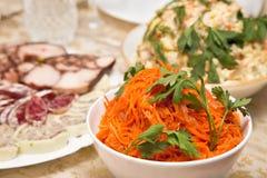 Wakacyjna sałatka z marchewkami na wakacyjnym bufecie Zdjęcia Royalty Free