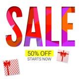 Wakacyjna sprzedaż z prezentem, reklamowym sztandarem na bielu i trójboka tłem, Czerwoni prezentów pudełka z faborkiem z 50 proce Obraz Stock