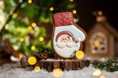 Wakacyjna tradycyjna karmowa piekarnia Piernikowa Święty Mikołaj rękawiczka w wygodnej ciepłej dekoracji z girlandą zaświeca obrazy royalty free