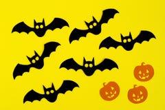 Wakacyjne dekoracje dla Halloween Czarny papier i pomarańcz papierowe banie na żółtym tle uderzamy, odgórny widok obraz royalty free