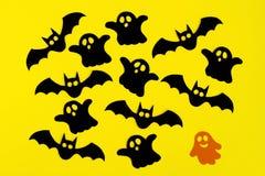 Wakacyjne dekoracje dla Halloween Czarny papier uderza i duchy i pomarańcze papierowy duch na żółtym tle, odgórny widok obrazy royalty free
