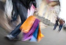 Wakacyjne sprzedaże. Starszy mężczyzna z wiele torba na zakupy w jego Han Fotografia Stock