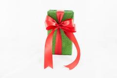 Wakacyjnego prezenta pudełka dekorowali z faborkiem na bielu Fotografia Royalty Free