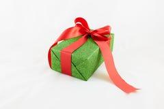 Wakacyjnego prezenta pudełka dekorowali z faborkiem na bielu Obraz Royalty Free
