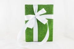 Wakacyjnego prezenta pudełka dekorowali z faborkiem na bielu Fotografia Stock